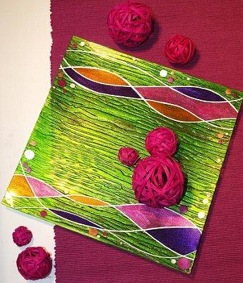 Schale mit Glasmalfarben gestaltet
